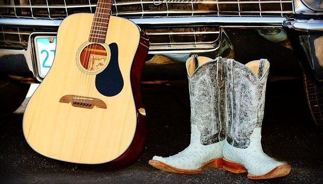 LifeStyle : des bottes de cow-boy, une guitare et une belle voiture américaine